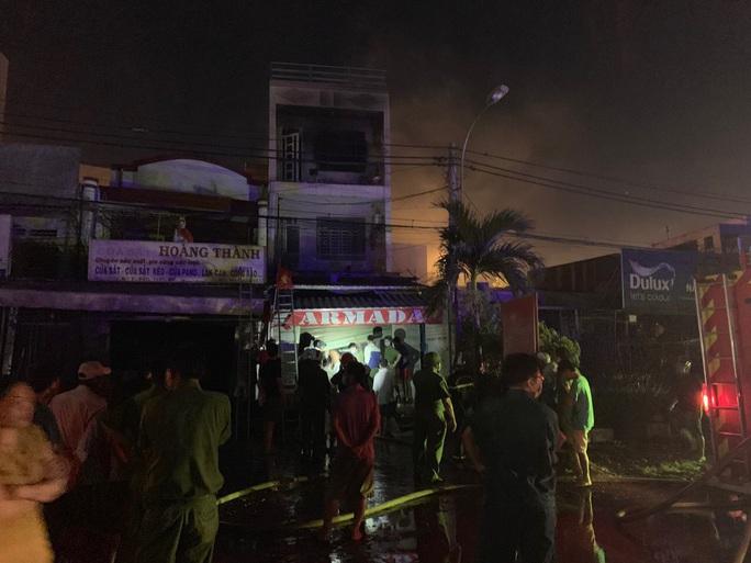 Gấp rút điều tra vụ cháy nhà 3 tầng giữa đêm ở TP Thủ Đức - Ảnh 3.