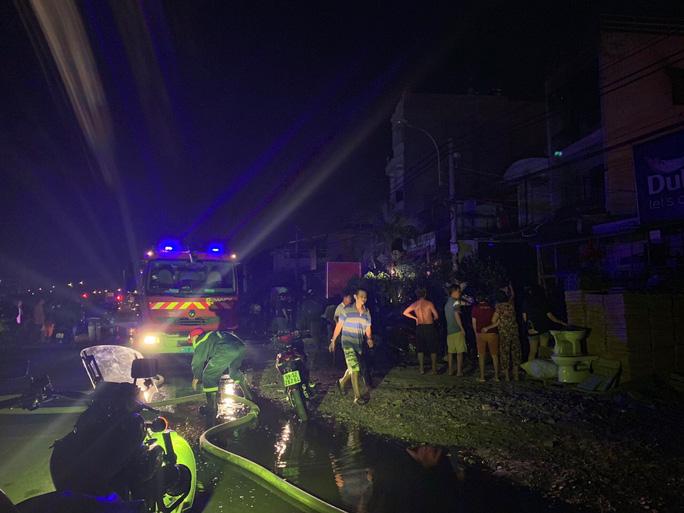 Gấp rút điều tra vụ cháy nhà 3 tầng giữa đêm ở TP Thủ Đức - Ảnh 2.