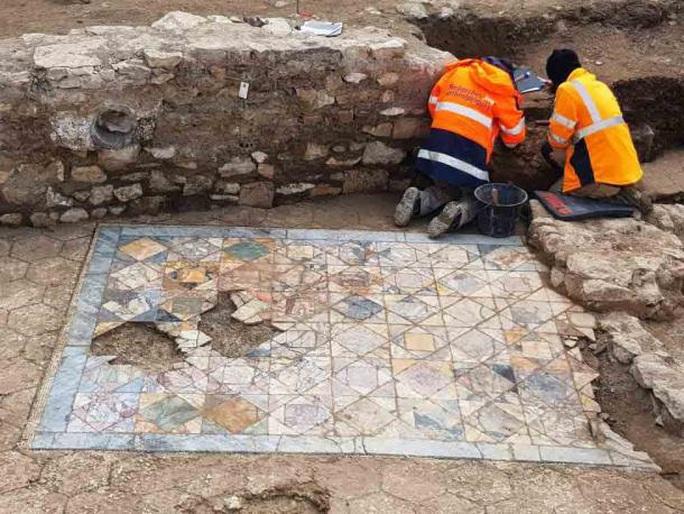 Xây nhà, đào được 2 mê cung kho báu 1.900 năm tuổi - Ảnh 2.