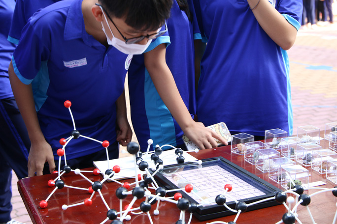 Học sinh chế tạo nhiều sản phẩm thực tiễn - Ảnh 2.