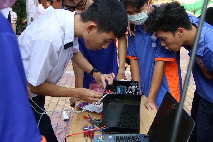 Học sinh chế tạo nhiều sản phẩm thực tiễn - Ảnh 3.
