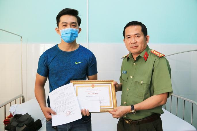CLIP: Giám đốc Công an An Giang khen thưởng cấp dưới dũng cảm truy bắt tội phạm - Ảnh 2.
