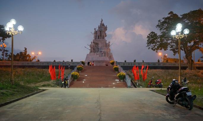 Huyện nghèo miền núi hoàn thành công trình tượng đài 48 tỉ đồng - Ảnh 2.