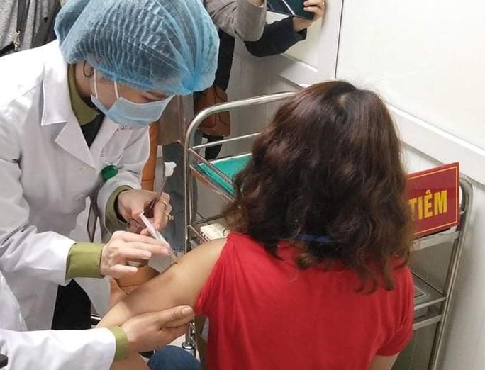 Hơn 100 người cao tuổi hoàn thành tiêm thử nghiệm vắc-xin Covid-19 của Việt Nam - Ảnh 1.