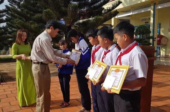 Khen thưởng 5 học sinh nhặt được tiền tìm người trả lại - Ảnh 1.