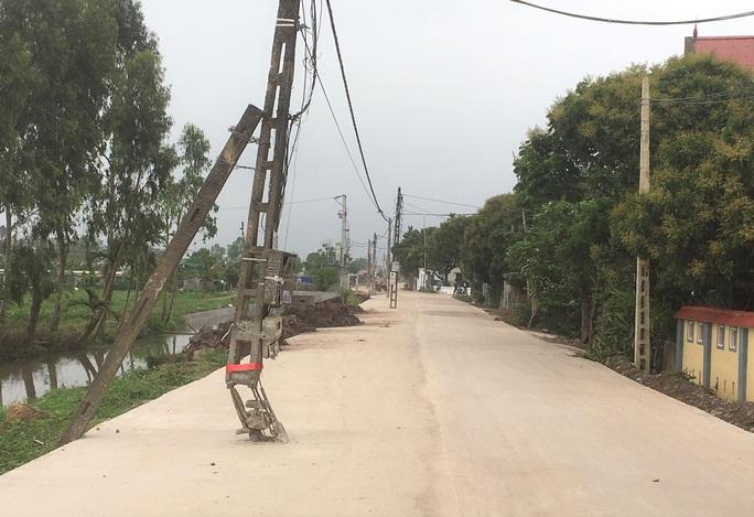 40 cây cột điện bỗng mọc giữa đường giăng bẫy người qua lại - Ảnh 2.