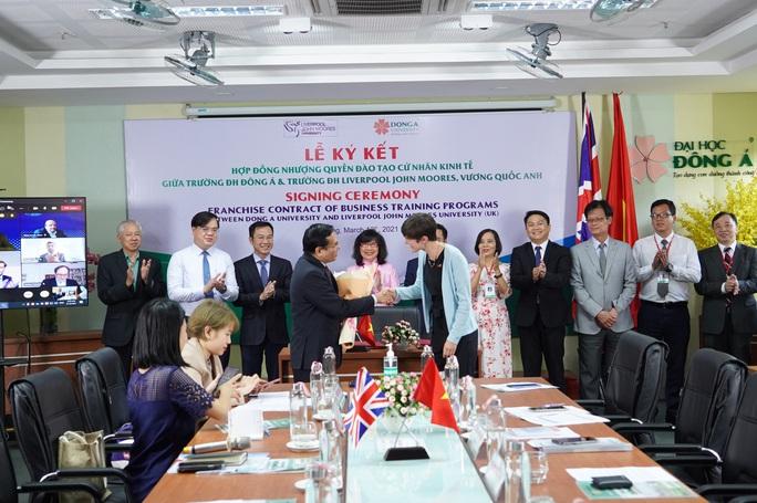 ĐH Đông Á và ĐH Liverpool JM (Anh) hợp tác chương trình nhượng quyền đào tạo cử nhân Kinh tế - Ảnh 2.