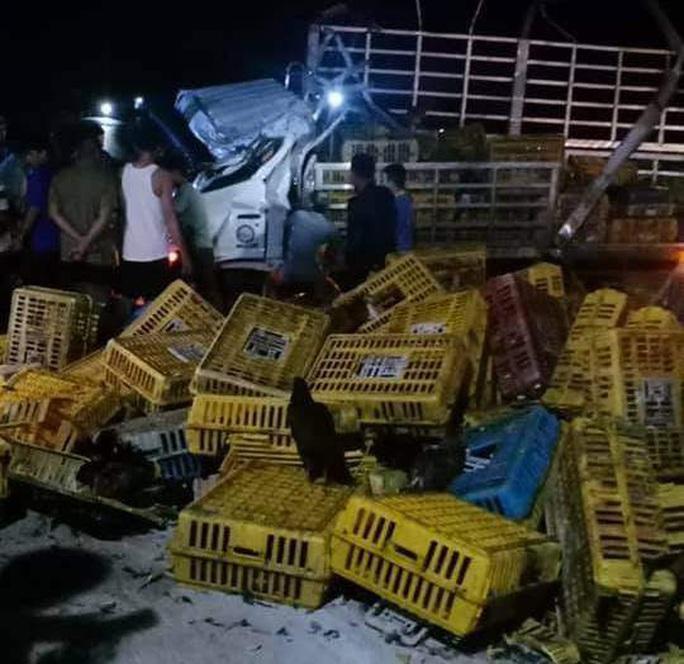 Xe tải lật trong đêm, 2 người chết, 1 người bị thương nặng - Ảnh 1.