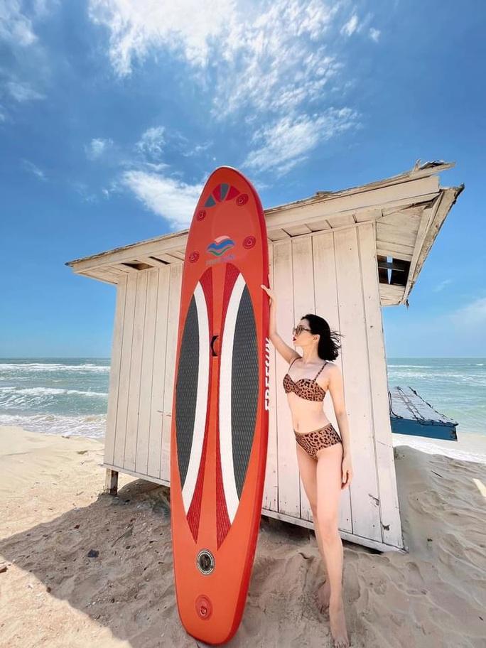 Lệ Quyên diện bikini, khoe dáng ở tuổi 40 - Ảnh 1.