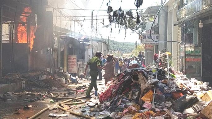 Lâm Đồng: Hỏa hoạn dữ dội thiêu rụi toàn bộ 5 căn nhà ở huyện Đức Trọng - Ảnh 4.