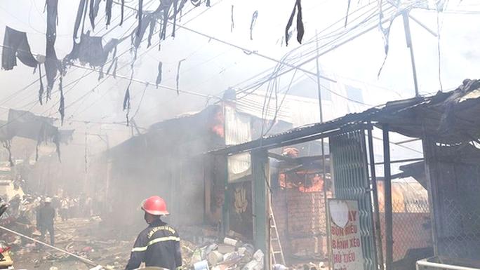 Lâm Đồng: Hỏa hoạn dữ dội thiêu rụi toàn bộ 5 căn nhà ở huyện Đức Trọng - Ảnh 2.