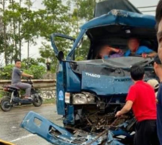 Xe tải đấu đầu xe container, tài xế và người phụ nữ mắc kẹt trong cabin biến dạng - Ảnh 3.