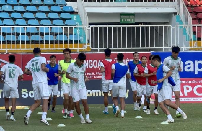 HLV Đức Thắng tươi cười cùng Topenland Bình Định đến sân Pleiku chuẩn bị đấu HAGL - Ảnh 3.