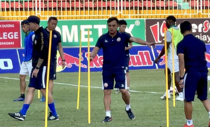 HLV Đức Thắng tươi cười cùng Topenland Bình Định đến sân Pleiku chuẩn bị đấu HAGL - Ảnh 2.