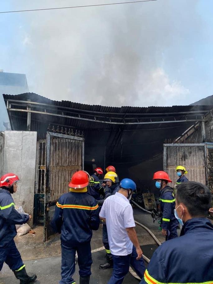 TP HCM: Hai vụ hỏa hoạn liên tiếp ở quận Gò Vấp, cứu được hai người mắc kẹt trong nhà 4 tầng - Ảnh 1.