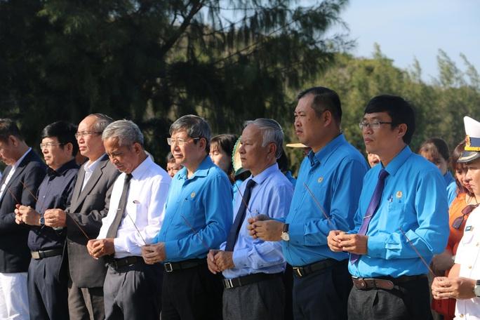 Dâng hương tưởng nhớ 64 chiến sĩ hi sinh tại Gạc Ma - Ảnh 1.