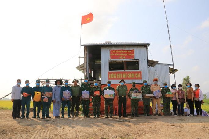 Công an tỉnh An Giang thăm và kiểm tra các chốt phòng, chống Covid-19 tuyến biên giới  - Ảnh 2.