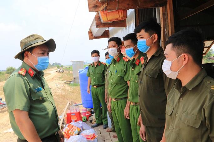 Công an tỉnh An Giang thăm và kiểm tra các chốt phòng, chống Covid-19 tuyến biên giới  - Ảnh 3.
