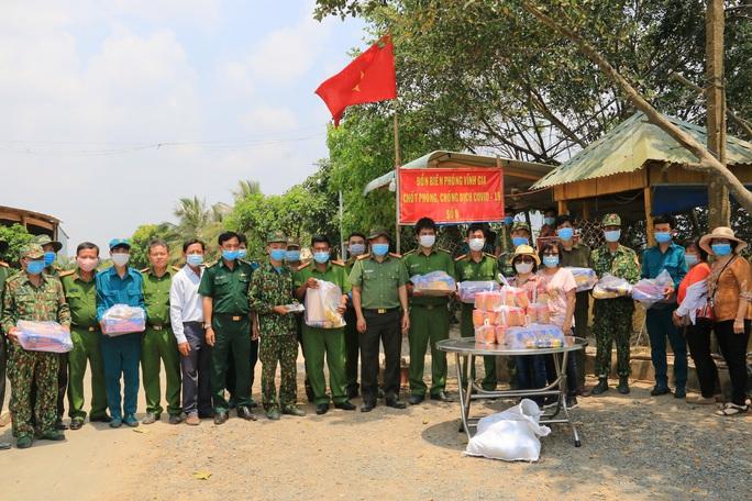 Công an tỉnh An Giang thăm và kiểm tra các chốt phòng, chống Covid-19 tuyến biên giới  - Ảnh 4.