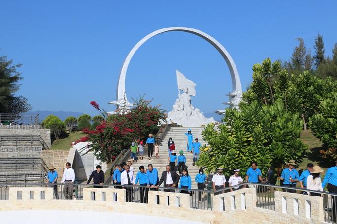 Dâng hương tưởng nhớ 64 chiến sĩ hi sinh tại Gạc Ma - Ảnh 2.