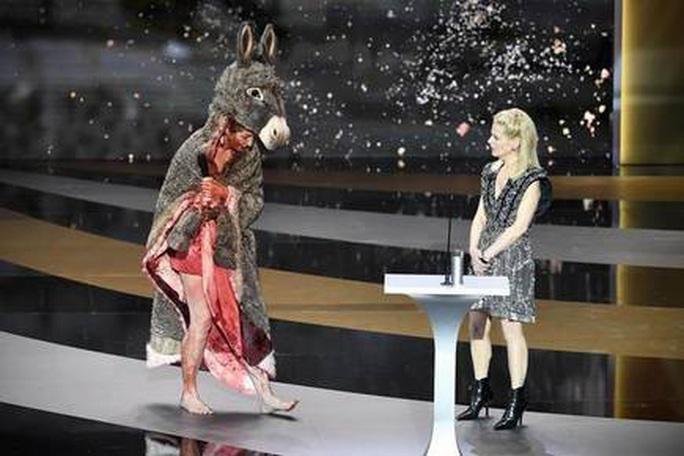Nữ diễn viên gây sốc khi cởi đồ trên sân khấu lễ trao giải - Ảnh 2.