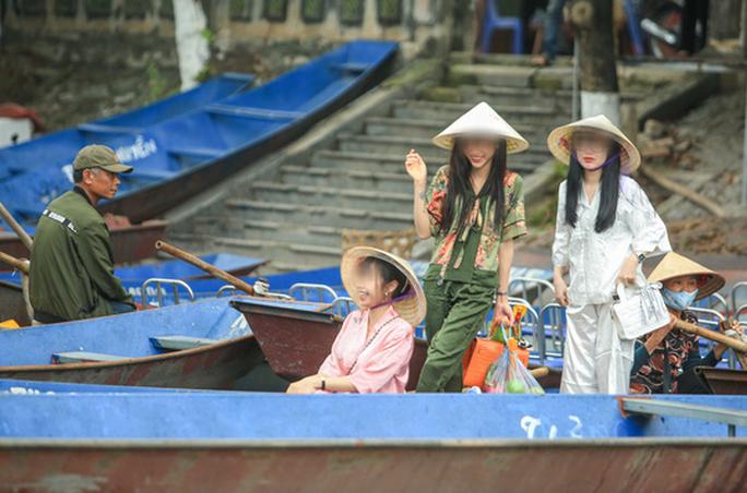 CLIP: Du khách lơ là phòng chống dịch khi đi vãn cảnh chùa Hương - Ảnh 5.