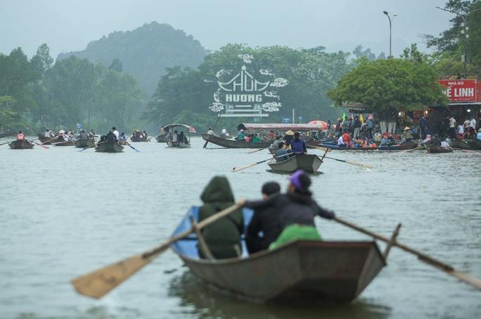 CLIP: Du khách lơ là phòng chống dịch khi đi vãn cảnh chùa Hương - Ảnh 4.