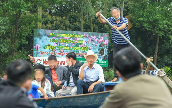 CLIP: Du khách lơ là phòng chống dịch khi đi vãn cảnh chùa Hương - Ảnh 7.