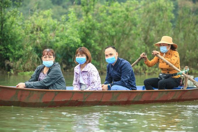 CLIP: Du khách lơ là phòng chống dịch khi đi vãn cảnh chùa Hương - Ảnh 15.