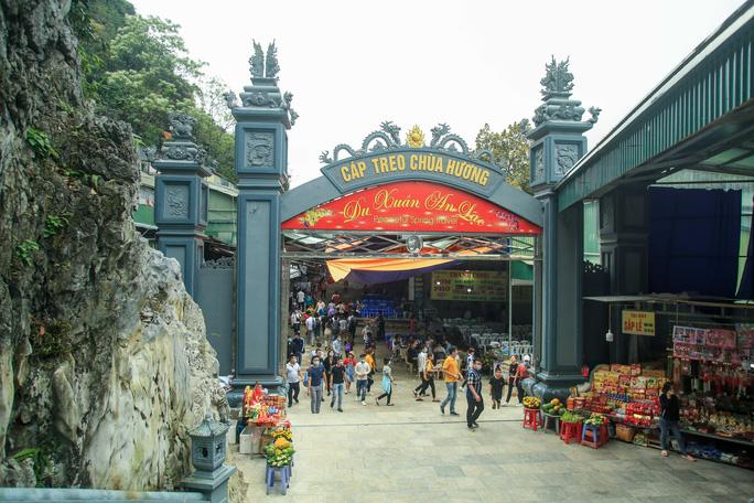 CLIP: Du khách lơ là phòng chống dịch khi đi vãn cảnh chùa Hương - Ảnh 9.