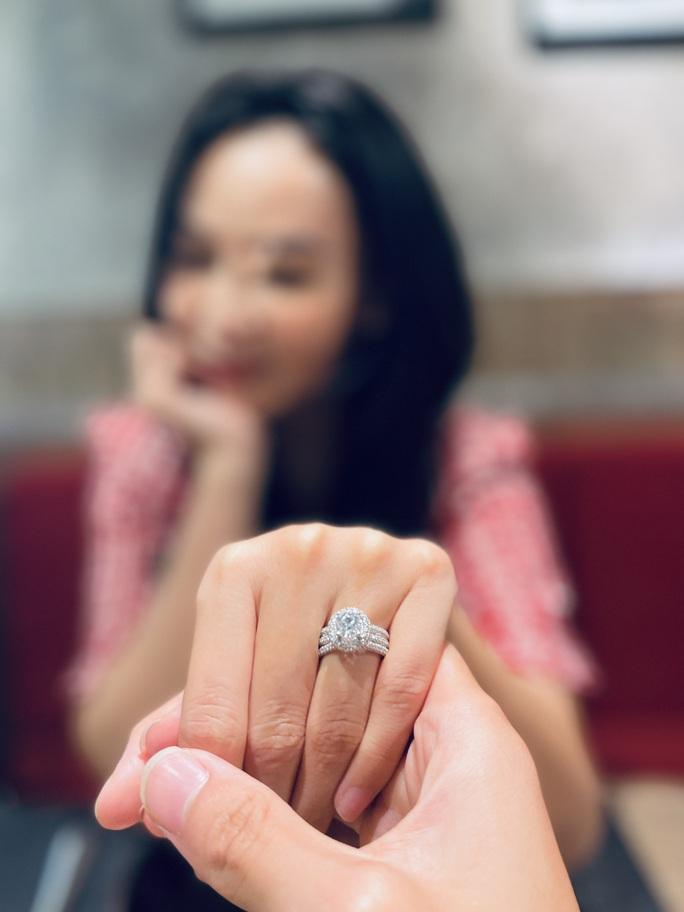 Hoa hậu Bolero Mỹ Ngọc khoe nhẫn cầu hôn, dân mạng chúc mừng hạnh phúc - Ảnh 2.