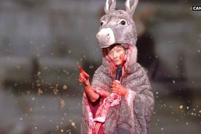 Nữ diễn viên gây sốc khi cởi đồ trên sân khấu lễ trao giải - Ảnh 1.