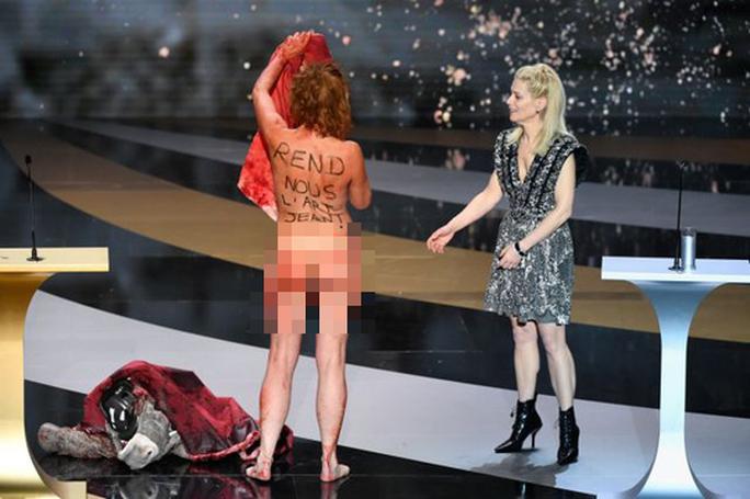 Nữ diễn viên gây sốc khi cởi đồ trên sân khấu lễ trao giải - Ảnh 3.