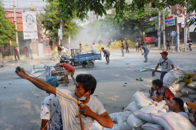 Hàng loạt nhà máy Trung Quốc tại Myanmar bị đốt - Ảnh 1.
