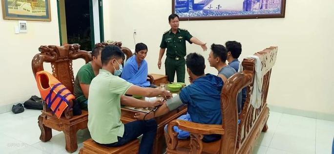 Tàu chở 1.500 tấn tro nhiệt điện Vĩnh Tân cùng 7 thủy thủ chìm trên biển Bình Thuận - Ảnh 1.