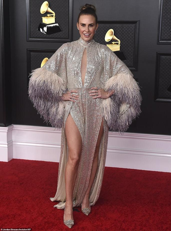 Lễ trao Giải Grammy: Những bộ đầm hở bạo, kỳ quái trên thảm đỏ - Ảnh 13.