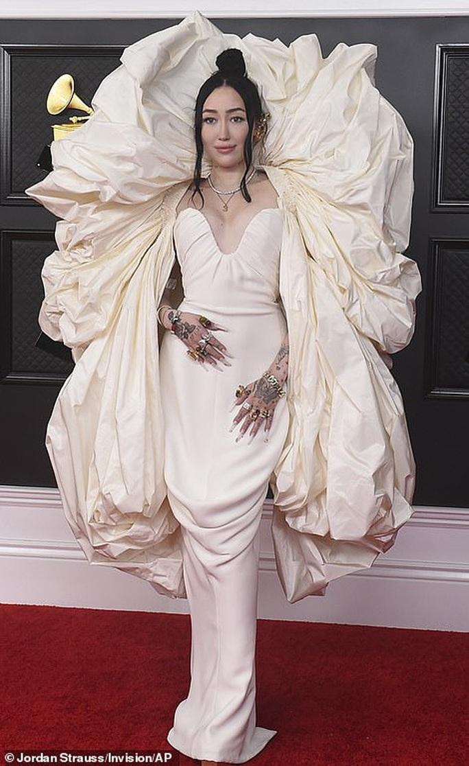 Lễ trao Giải Grammy: Những bộ đầm hở bạo, kỳ quái trên thảm đỏ - Ảnh 8.
