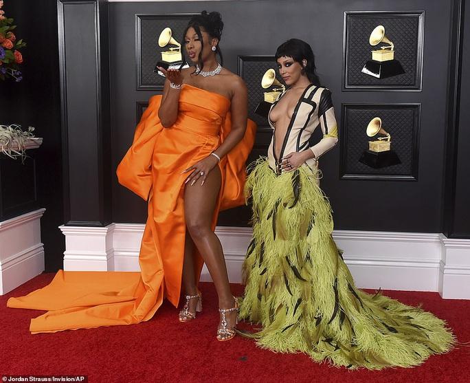 Lễ trao Giải Grammy: Những bộ đầm hở bạo, kỳ quái trên thảm đỏ - Ảnh 3.