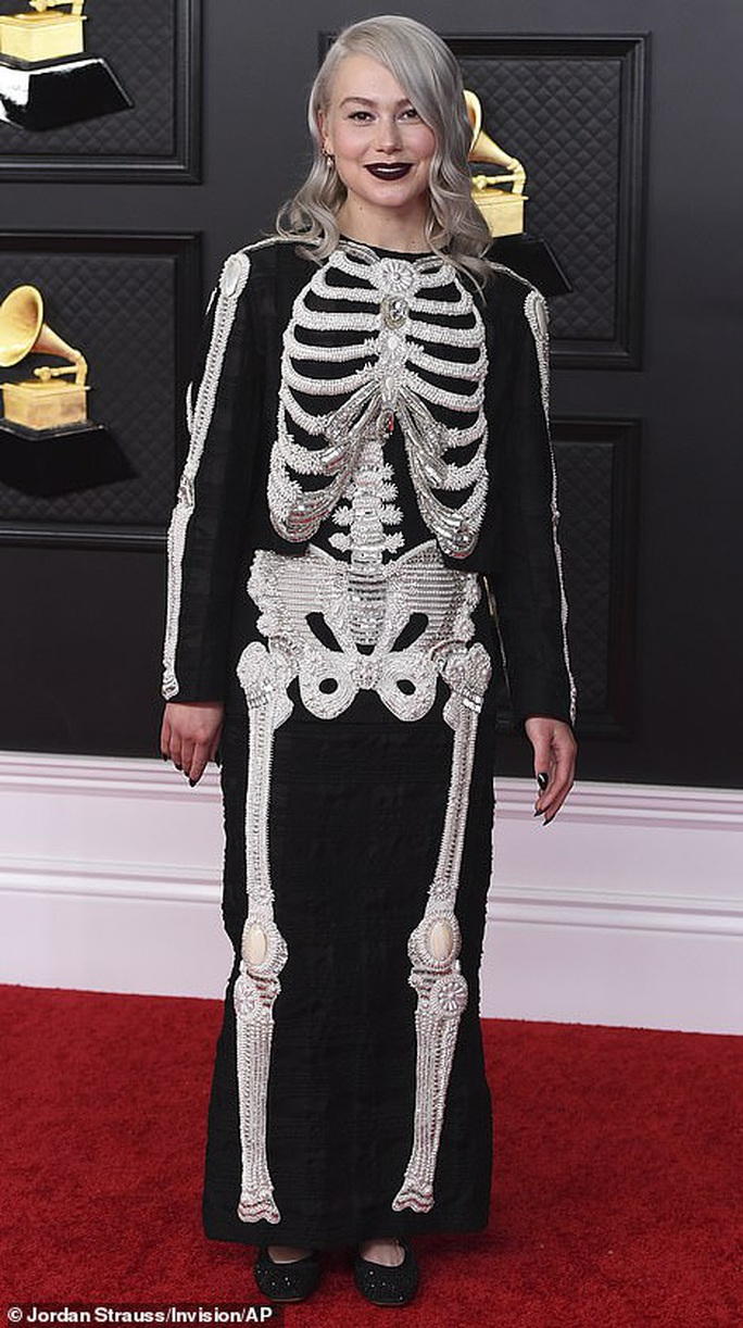 Lễ trao Giải Grammy: Những bộ đầm hở bạo, kỳ quái trên thảm đỏ - Ảnh 9.