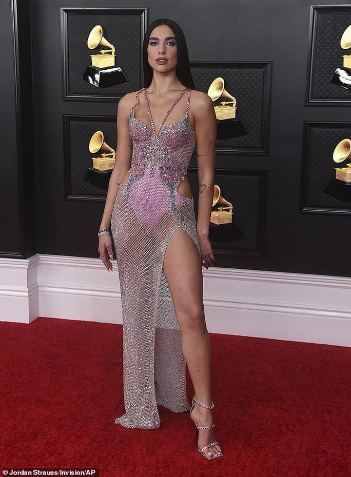 Lễ trao Giải Grammy: Những bộ đầm hở bạo, kỳ quái trên thảm đỏ - Ảnh 1.