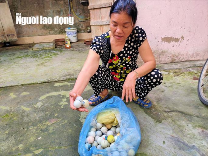 Bóng golf oanh tạc làm bể mái tôn, cửa kính và uy hiếp người dân ở Quảng Bình - Ảnh 2.