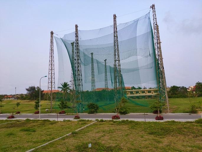Bóng golf oanh tạc làm bể mái tôn, cửa kính và uy hiếp người dân ở Quảng Bình - Ảnh 6.