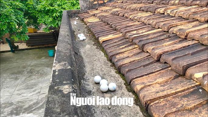 Bóng golf oanh tạc làm bể mái tôn, cửa kính và uy hiếp người dân ở Quảng Bình - Ảnh 3.