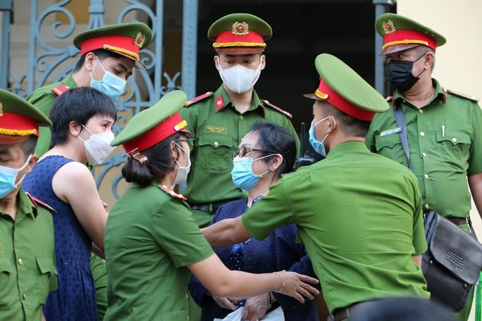 Toàn cảnh phiên toà xét xử ông Nguyễn Thành Tài và nữ đại gia ngày đầu tiên - Ảnh 12.