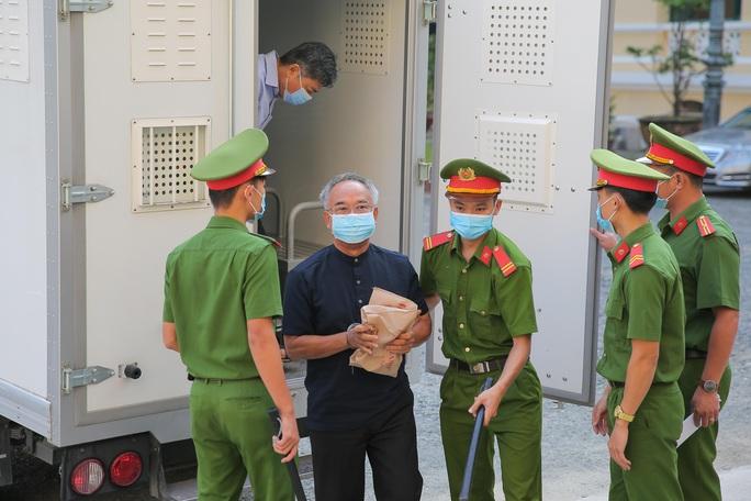 Toàn cảnh phiên toà xét xử ông Nguyễn Thành Tài và nữ đại gia ngày đầu tiên - Ảnh 1.