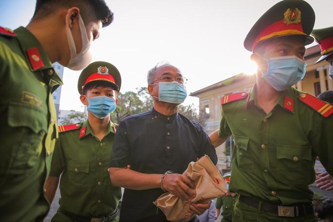 Toàn cảnh phiên toà xét xử ông Nguyễn Thành Tài và nữ đại gia ngày đầu tiên - Ảnh 2.