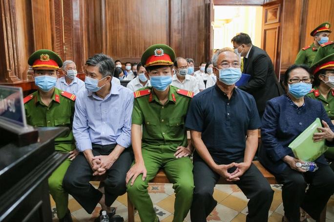 Toàn cảnh phiên toà xét xử ông Nguyễn Thành Tài và nữ đại gia ngày đầu tiên - Ảnh 9.