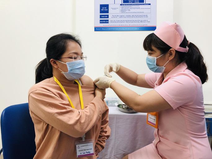 Người tình nguyện thử nghiệm vắc-xin Covivac được mua bảo hiểm 40 tỉ đồng - Ảnh 1.