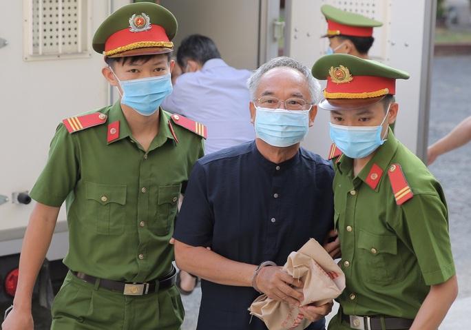 Hình ảnh đầu tiên của ông Nguyễn Thành Tài cùng nữ đại gia Dương Thị Bạch Diệp tại TAND TP HCM - Ảnh 1.