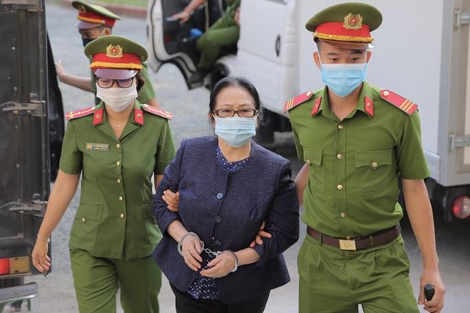 Hình ảnh đầu tiên của ông Nguyễn Thành Tài cùng nữ đại gia Dương Thị Bạch Diệp tại TAND TP HCM - Ảnh 2.